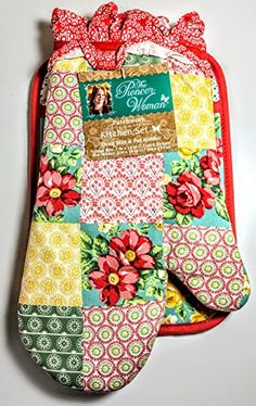 The Pioneer Woman Patchwork Kitchen Set Oven Mitt and Pot Holder The Pioneer Woman, Pioneer Woman Dishes, Pioneer Woman Kitchen, Pioneer Women, Chicken Kitchen Decor, Kitchen Decor Signs, Kitchen Linens, Kitchen Sets, Kitchen Stuff