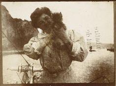 pierre-bonnard-misia-tenant-son-griffon-a-larriere-du-bateau-en-1906-epreuve-sur-papier-albumine-a-partir-dun-negatif-sur-film-souple-au-gelatinobromure-dargent-musee-