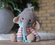 Olifantje Nina is met sokkenwol gehaakt en wordt zittend dan ongeveer 18 cm hoog. Werk je met ander garen let er dan op dat de uiteindelijke grootte zal afwijken.