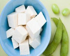 Beneficios del tofu: a genisteína, la isoflavona predominante en la soja, contiene propiedades antioxidantes que inhiben el crecimiento de las células del cáncer. El consumo moderado de alimentos ricos en soja, como el tofu, ni aumentan el crecimiento de un tumor ni el riesgo de desarrollar cáncer; más bien todo lo contrario.  #tofu #prevecancer #cancer