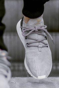 zapatos gris y blanco