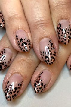 Brighten up your look with vibrant pink nails like this spring. The nails are not only painted in elegant pink, but also have a nail with flower details. Coffin Nails, Gel Nails, Acrylic Nails, Spring Break, Cute Nails, Pretty Nails, Leopard Print Nails, Broken Nails, Finger