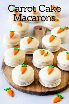 Carrot Cake Macarons These Carrot Cake Macarons are filled with carrot cake, and cream cheese frosting! Topped with a carrot made out of royal icing! French Macaroon Recipes, French Macaroons, Baking Recipes, Cookie Recipes, Dessert Recipes, Macaron Cookies, Carrot Cake Cookies, Carrot Cakes, Sweet Cookies
