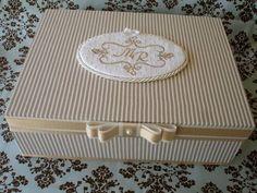 Caixa em madeira MDF, revestida em tecido 100%algodão listrado, com aplique de iniciais bordadas na tampa (com detalhes de pedras em strass), acabamento em fita de gorgorão e cetim - e laço chanel.  Uma caixa linda e refinada para presentear ou para colocar no toalete em casamentos (para guardar kits personalizados). R$ 88,00 Book Crafts, Diy And Crafts, Paper Crafts, Altered Cigar Boxes, Bracelet Display, Surprise Box, Cardboard Paper, Pretty Box, Craft Bags