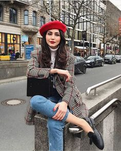 Parisian Style: Everything You Need To Know About French Women's Fashion Paris Outfits, Outfits With Hats, Mode Outfits, Fashion Outfits, Skirt Outfits, Dress Like A Parisian, Parisian Chic Style, Parisian Chic Fashion, Eclectic Style