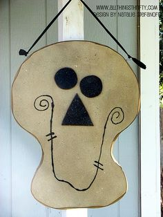 Creative Halloween Crafts – All Things Thrifty (halloween manualidades mdf) Halloween Wood Crafts, Halloween Signs, Halloween Projects, Halloween Skull, Cute Halloween, Holidays Halloween, Halloween Decorations, Halloween Makeup, Halloween Coffin