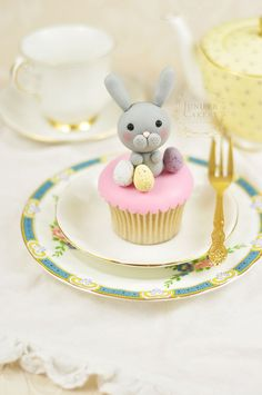 How to make a cute and simple fondant bunny by Juniper Cakery