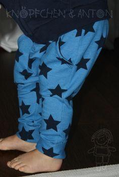 Jerseyhose in Jeansoptik, Bio-Jersey von Lillestoff, kobaltblau mit Sternen von Knöpfchen und Anton auf DaWanda.com