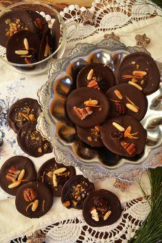 """Zwei Tage vor Weihnachten hab ich noch eine schokoladige Kleinigkeit für euch! <3 Ein wahrer Schokoschatz! Kennt ihr Mendiants? Es bedeutet """"Bettelmann"""", und ist eine der dreizehn Nachspeisen in..."""