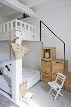 Sommige huizen stralen gewoon een heerlijk vakantiegevoel uit. Zoals dit huis van Katrin Arens uit de Italiaanse streek Lombardije. Kijk eens op je gemak binnen rond en zie je iets dat je zelf ook wel thuis zou willen hebben? Kijk dan eens in de webshop van de huiseigenaresse want daar zijn heel veel van de meubels te koop.