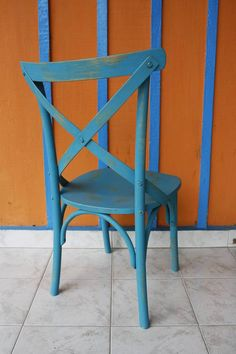 A cadeira Charlotte é charmosa, elegante e vai deixar a sua casa com um toque provençal. Decore a mesa de jantar com esta cadeira produzida com acabamento impecável em laca desgastada, inspirado no mobiliário do interior da França. Especificações: Cadeira em madeira Tauari, com acabamento azul envelhecido Dimensões: Altura total: 90cm Altura costas: 45cm Altura assento: 45cm Largura costas: 51cm Largura assento: 43 cm Profundidade assento: 44 cm Produto vai montado Este produto é…