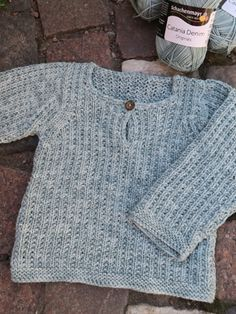 Baby/barntröja med enkelt ytmönster Baby Boy Knitting, Baby Knitting Patterns, Baby Sewing, Crochet Baby Cardigan, Knit Crochet, Baby Barn, Textiles, Crochet For Kids, Free Pattern
