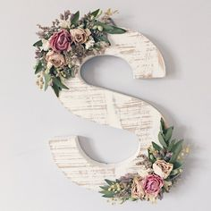 Ornate wildflower wood letter of your choice in need . # of her # ornate # wildflower wood letter - - Verzierter Wildblumenholzbrief Ihrer Wahl in Not . Diy Letters, Flower Letters, Letter A Crafts, Nursery Letters, Wood Letters Decorated, Decorate Wooden Letters, Wooden Letter Decor, Letter Wall Decor, Boho Dekor