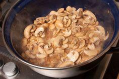 Malse kipfilets omwikkeld met spek, overgoten met romige champignonsaus en gegratineerd met kaas in de oven. Comfort food op zijn best!