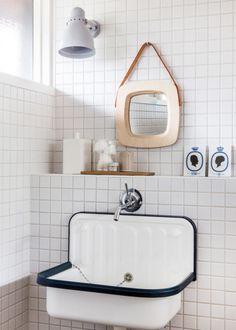 """Idée déco pour une buanderie """"Petit moment de solitude"""" avec un miroir carré Raw et un lavabo comme dans les écoles"""