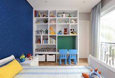 Quarto infantil com uma estante perfeita para organizar os brinquedos e materiais de estudo. . . . #organização #vidaorganizada…