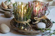 Usušte si vřes zcela neobvyklým způsobem. Vytvořte z něj aranžmá na romantický svícen, kterým si ozdobíte stůl až do zimy. Budete k tomu potřebovat větší sklenice nebo skleněné hrnky a svíčku.