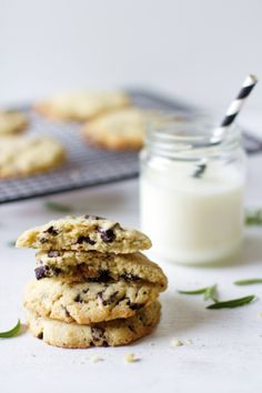 Rosmariini on näiden ihastuttavien suklaakeksien salainen ainesosa. Milk Cookies, No Bake Cookies, Chocolate Chip Cookies, Dessert Recipes, Desserts, Cookie Monster, Cookie Bars, Sweet Recipes, Sweet Tooth