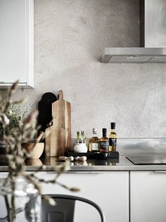 Love the textured concrete / tadelakt wall inside this grey and white kitchen Eat In Kitchen, Kitchen Dining, Kitchen Decor, Decorating Kitchen, Kitchen Small, Kitchen Chairs, Best Kitchen Designs, Modern Kitchen Design, Country Look