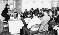 Antonio Estévez dirigiendo una agrupación de vientos en un aula. Caracas, 09-06-1966. (ARCHIVO EL NACIONAL)