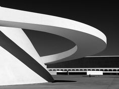 Federal Supreme Court by Oscar Niemeyer, Brasilia Contemporary Architecture, Amazing Architecture, Architecture Details, Interior Architecture, Oscar Niemeyer, Gaudi, Luigi Snozzi, Colani, Mondrian