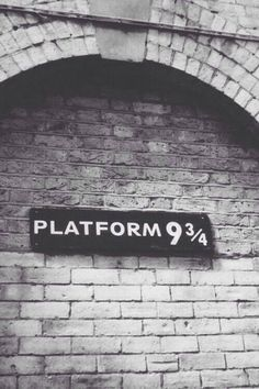 Find images and videos about harry potter, hogwarts and platform on We Heart It - the app to get lost in what you love. Mundo Harry Potter, Harry Potter World, Whatsapp Wallpaper, Harry Potter Wallpaper, Albus Dumbledore, Harry Potter Universal, Hermione Granger, Ginny Weasley, Fantastic Beasts