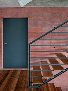 Na escada, uma única peça metálica sustenta os degraus e forma o guarda-corpo.