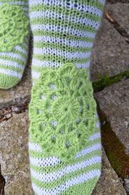 KYH nro 6 muutti muotoaan ja niin broken seed stitch sukista tulikin raitasukat. Olin tosiaan ehtinyt kutoa tuota vartta jo jonkin ...