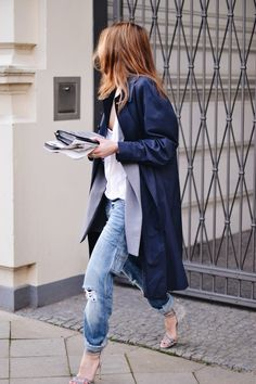 COAT: BURBERRY . DENIM: CLOSED . BAG: DOROTHEE SCHUMACHER . SHOES: CASADEI . SUNNIES: PERSOL
