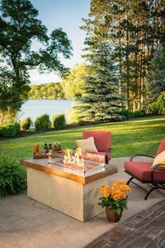 How perfect is this setting? I want that fire pit table! www.outdoorrooms.com