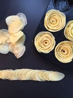 Kartoffelrosen – lecker-macht-süchtig Source by kathrinvoigtman Party Finger Foods, Party Snacks, Appetizers For Party, Fingerfood Party, Food Garnishes, Party Buffet, Potato Dishes, Creative Food, Food Presentation