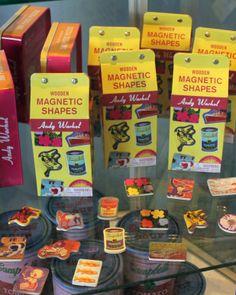 Andy Warholin puiset magneetit. Tuotteet ovat myynnissä Särkänniemen Tornipuodissa Näsinneulan juuressa. www.sarkanniemi.fi / Andy Warhol Wooden Magnetic Shapes. Buy your own at Särkänniemi Tornipuoti.
