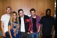 """EVERYTHING ABOUT THIS PHOTO <3 """"Robert Pattinson Is Another Bee In The Bey-Hive"""""""
