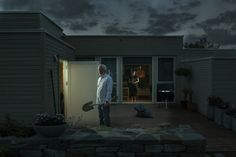 Gregory Crewdson e le sue foto che sono quasi un film Collater. Narrative Photography, Cinematic Photography, Artistic Photography, Night Photography, Portrait Photography, Gregory Crewdson Photography, Palace, Small Town America, American Gothic