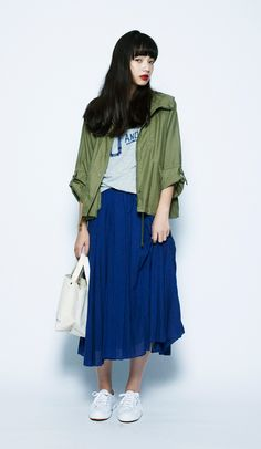 The vivid blues of this outfit reach back to the summer season about to end. The casual look is achieved with the perfectly matched military-style coat.Inzai Military Coat¥9,800+tax / No414893Cooma Lo...