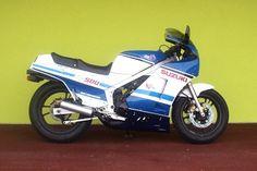 Moto Suzuki RG 500 Gamma 1985, moteur 4 cylindres en carré, 2 temps Cadre: double-poutre en tubes d'alu Réservoir: 22 litres Poids: 181kgRefroidissement Liquide Alimentation vannes de pair rotatives, 498 cc, 95 ch à 9500 tr / min, boîte 6 vitesses, freins à disques avant et arriere, transmission secondaire par chaîne. vitesse-225 kmh.