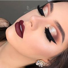 festive yet? 🎄 In need of some glamorous holiday makeup inspiration? - MAKEUP KIT // Feeling festive yet? 🎄 In need of some glamorous holiday makeup inspiration? Bride Makeup, Glam Makeup, Eyeshadow Makeup, Face Makeup, Summer Eyeshadow, Natural Eyeshadow, Makeup Set, Natural Makeup, Brown Eyeshadow