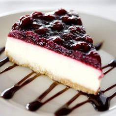 Cheese cakes w Blackberries ~~ Pay de Queso con Zarzamora. Cheesecake Recipes, Dessert Recipes, Delicious Desserts, Yummy Food, Gourmet Desserts, Plated Desserts, Mini Cheesecakes, Cake Shop, Love Food