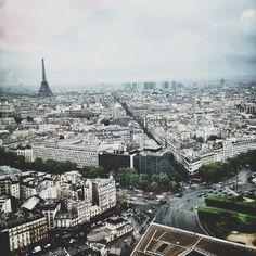 """parisguide 2.0.   Niotillfem  """"Bar La Vue 3 Place du Général Kœnig Paris högst belägna bar med svindyra drinkar. Här kan man gå om man vill splurga rejält, kanske om man förlovat sig eller ska berätta en hemlighet. Utsikten är brutal som ni ser."""""""
