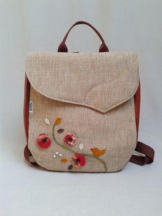 Mahagóni színű textilbőr és drapp szövet kombinációjával készült. Az  elejére nemez virágokat készítettem és kismadárkát 55d08aa4d1