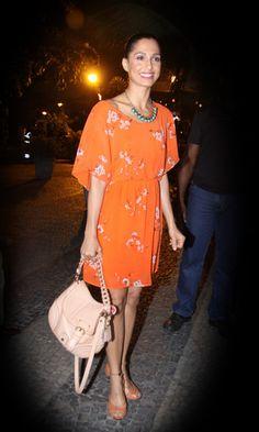 Laranja é a cor da próxima estação. Inspire-se no look casual e alegre da atriz Camila Pitanga!