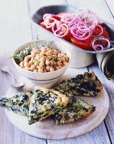 Frittata mit Spinat, Kichererbsen und Salat | Zeit: 50 Min. | http://eatsmarter.de/rezepte/frittata-mit-spinat-kichererbsen-und-salat