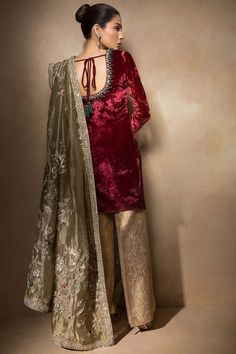 Ideas party outfit formal winter weddings for 2019 Pakistani Wedding Outfits, Pakistani Dresses, Pakistani Fashion Party Wear, Nikkah Dress, Indian Designer Outfits, Designer Dresses, Indian Designers, Indian Attire, Indian Outfits