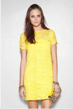 Vestido de renda amarela.