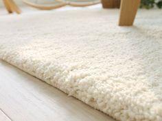 高密度のパイル地が滑らかで、クッション性に富む長方形ラグマットです。水洗い可能なのでお手入れも簡単です!