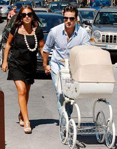 Bustamante con su mujer Paula Echevarria de paseo con su hija en la Inglesina Classica