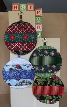 Fabric Christmas Ornaments, Christmas Placemats, Quilted Ornaments, How To Make Ornaments, Ball Ornaments, Quilted Christmas Gifts, Quilted Gifts, Hot Pads, Christmas Sewing Projects