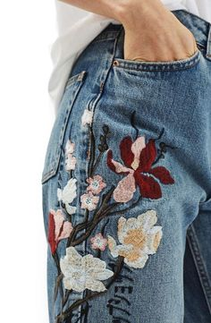 Mom Embroidered Jeans I love these they look girly but not too much that it's sickening Embroidered Mom Jeans, Embroidered Clothes, Embroidery On Jeans, Floral Embroidery, Vestidos Neon, Fashion Outfits, Womens Fashion, Fashion Tips, Fashion Trends