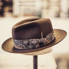 Vintage Scarf, Vintage Men, Who The Cap Fit, Gentleman Hat, Classic Hats, Dad Hats, Men's Hats, Cool Hats, Sharp Dressed Man