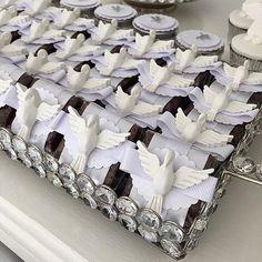 Brownie de Chocolate com decoração com resina religiosa. #prendaminha #batismo #batizado #festadebatismo #festadebatizado @robertainteraminense